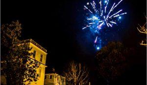 Fuochi d'artificio per castello dei solaro a capodanno